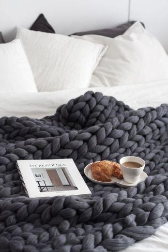 Un plaid grosse maille, un café et un croissant et c'est parti pour une grasse matinée !
