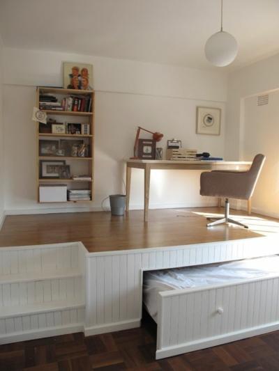 un-lit-escamotable-pour-la-chambre-avec-meubles-gain-de-place-astuce-rangement-chambre