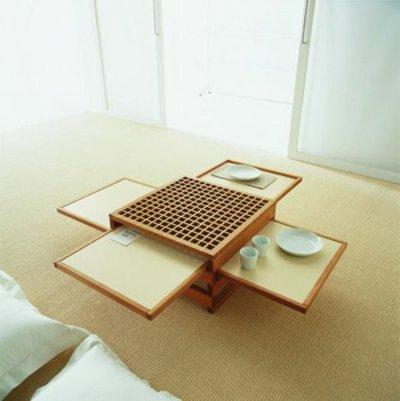 une-jolie-table-en-bois-dans-le-salon-meuble-gain-de-place-avec-un-tapis-en-rotin